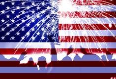 Dia da Independência, fogos-de-artifício, multidão e bandeira de América Imagem de Stock