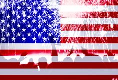 Dia da Independência, fogos-de-artifício, multidão e bandeira de América Foto de Stock