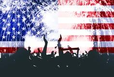 Dia da Independência, fogos-de-artifício, multidão e bandeira de América Imagens de Stock