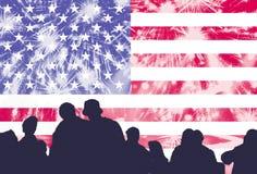 Dia da Independência, fogos-de-artifício, multidão e bandeira de América Fotografia de Stock