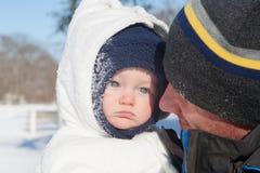 Dia da neve: Divertimento com mamã fotografia de stock