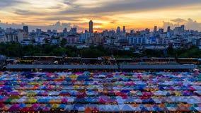 Dia da noite do zumbido ao lapso de tempo para fora da vista superior da barraca de lona no mercado exterior filme