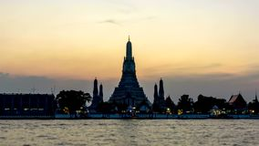 Dia da noite do zumbido ao lapso de tempo para fora de Wat Arun Ratchawararam Ratchawaramahawihan video estoque