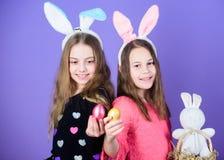 Dia da Páscoa Easter feliz Meninas de coelho do feriado com as orelhas longas do coelho Ovo e atributo do feriado do coelho As ir fotografia de stock royalty free