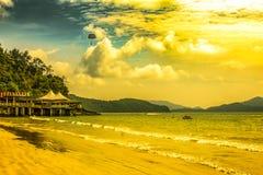 Dia da praia com o paraquedas em Langkawi malaysia imagem de stock