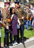 Dia da vitória em Moscovo Reboque os homens que vestem o uniforme militar e povos simples na rua festiva em Vic Fotos de Stock Royalty Free
