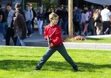 Dia da vitória em Moscovo um menino nos vidros com um autômato do brinquedo imagem de stock royalty free