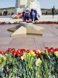 Dia da vitória, perto do monumento aos soldados inoperantes na segunda guerra mundial, cidade de Kemerovo Foto de Stock Royalty Free