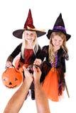 Dia das Bruxas: As meninas obtêm deleites de Dia das Bruxas do adulto anônimo imagens de stock royalty free