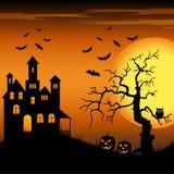 Dia das Bruxas assombrou o castelo com bastões e backgr da árvore Foto de Stock Royalty Free