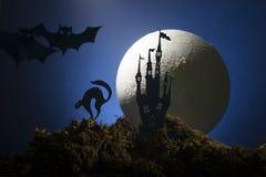 Dia das Bruxas, bruxa em um cabo de vassoura no fundo da lua Fotos de Stock Royalty Free