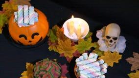 Dia das Bruxas com os doces na animação da cubeta da abóbora vídeos de arquivo