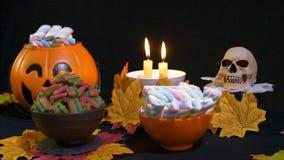 Dia das Bruxas com os doces na animação da cubeta da abóbora video estoque