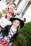 Dia das Bruxas: Crianças em uma linha que vai abrigar em seguida Fotos de Stock