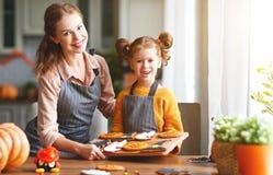 Dia das Bruxas feliz! mãe e filha da família que preparam-se para imagem de stock