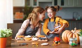 Dia das Bruxas feliz! mãe e filha da família que preparam-se para imagem de stock royalty free