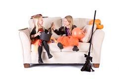 Dia das Bruxas: Meninas após uma noite da doçura ou travessura fotos de stock royalty free