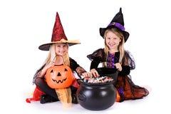 Dia das Bruxas: Meninas prontas para agarrar doces de Dia das Bruxas fotos de stock