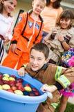 Dia das Bruxas: Menino que sacode-se para maçãs Imagem de Stock