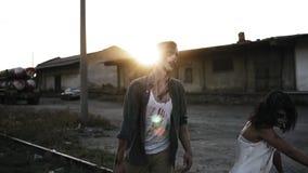 Dia das Bruxas, película, conceito assustador Homem assustador e mulher do zombi na roupa ensanguentado que andam por linhas rail vídeos de arquivo