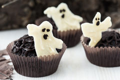 Dia das Bruxas trata, queques do chocolate com o chocolate branco doce fotografia de stock