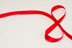 Dia das mulheres felizes Fita vermelha do presente em uma forma de 8 dígitos Foto de Stock Royalty Free