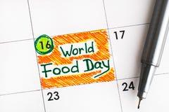 Dia de alimento de mundo do lembrete no calendário com pena 16 de outubro imagens de stock