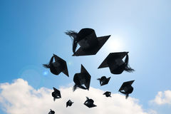 Dia de graduação, imagens de tampões da graduação ou chapéu que joga no foto de stock