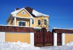 Dia de inverno, casa Fotos de Stock Royalty Free