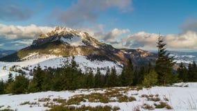 Dia de inverno ensolarado colorido na montanha com as nuvens que voam sobre o lapso de tempo máximo vídeos de arquivo
