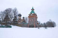 Dia de inverno nublado nas paredes do monastério da suposição de Pyukhtitsky Kuremae, Estônia imagem de stock royalty free