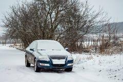 Dia de inverno, um carro coberto com a neve não pode ir devido ao nós Imagem de Stock Royalty Free