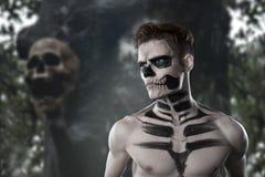 Dia de los Muerto Costume - il giorno dei morti è una festa messicana Qui è un uomo con il fronte del cranio ed il fondo confuso fotografia stock libera da diritti