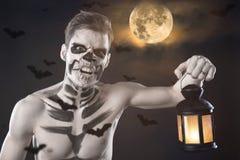 Dia de los Muerto Costume - il giorno dei morti è una festa messicana Qui è un uomo con il fronte del cranio ed il fondo confuso fotografie stock libere da diritti