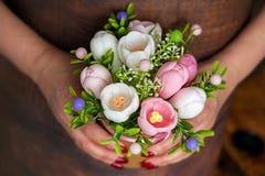 Dia de mães feliz, dia das mulheres, conceito do aniversário ou do cumprimento do casamento Ramalhete das rosas no fundo borrado  imagens de stock