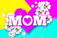 Dia de matrizes feliz MAMÃ do amor com coração dobrado Cartão floral branco com pedras brilhantes O dia das mulheres com papel Imagens de Stock Royalty Free