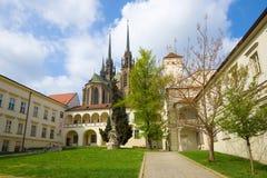 Dia de mola ensolarado na corte episcopal Brno, república checa foto de stock
