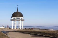 Dia de mola na beira do lago na cidade Imagens de Stock