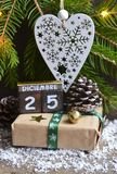 Dia de Natal Diciembre 25 de dezembro de 25 na data, no presente de Natal, e na árvore de abeto languagecalendar espanhóis Imagens de Stock Royalty Free