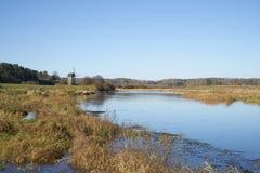 Dia de outubro no rio Soroti Mikhailovskoe, montanhas de Pushkin fotografia de stock