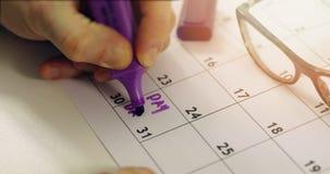 Dia de pagamento - mão com círculo de marcador o dia do salário video estoque