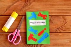 Dia de pais feliz Cartão com ferramentas de papel Tesouras, colagem Caçoa a ideia do ofício de papel Father& x27; ideia do presen Imagens de Stock Royalty Free