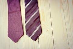 Dia de pais feliz com a gravata listrada vermelha, cinzenta e preta no fundo da madeira de pinho no estilo do vintage Fotos de Stock Royalty Free
