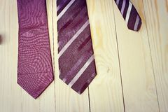 Dia de pais feliz com a gravata listrada vermelha, cinzenta e preta no fundo da madeira de pinho no estilo do vintage Foto de Stock