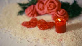 Dia de são valentim da decoração com metragem da queimadura da flor e da vela do movimento video estoque
