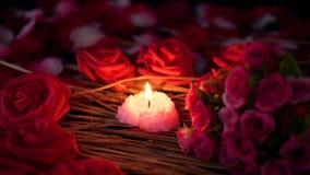 Dia de são valentim da metragem com queimadura do ramalhete e da vela das rosas vídeos de arquivo