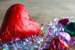Dia de são valentim do conceito/forma do coração chocolates na tabela de madeira com espaço da cópia Fotos de Stock Royalty Free