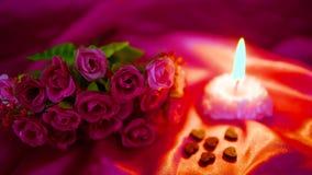 Dia de são valentim do momento da decoração com queimadura da flor e da vela da metragem vídeos de arquivo