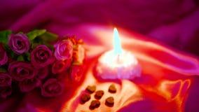 Dia de são valentim do momento da decoração com queimadura da flor e da vela da metragem video estoque