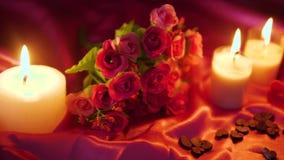 Dia de são valentim do momento da decoração com queimadura da flor e da vela da metragem filme